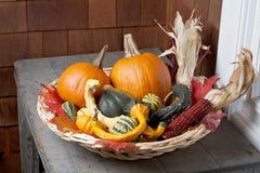 Kleurrijke de herfstpompoenen in wilgenmand Royalty-vrije Stock Afbeelding