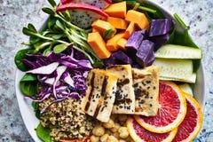 Kleurrijke de kom dichte omhooggaand van Boedha met geroosterde tofu Stock Foto