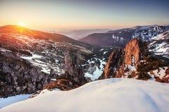 Kleurrijke de lentezonsondergang over de bergketens in de ingezetene Royalty-vrije Stock Afbeeldingen