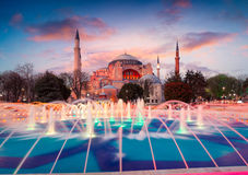 Kleurrijke de lentezonsondergang in Sultan Ahmet-park in Istanboel, Turkije Royalty-vrije Stock Foto's