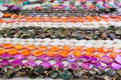 Kleurrijke de rijen roze sinaasappel van de juwelenhalsband stock afbeelding