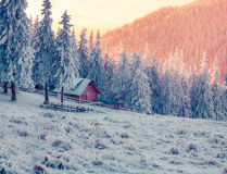 Kleurrijke de winteravond in het berglandbouwbedrijf Royalty-vrije Stock Foto