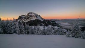 Kleurrijke de winterzonsondergang over sneeuw de tijdspannegezoem van de bergen piektijd binnen stock video