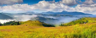 Kleurrijke de zomerochtend in Karpatisch bergdorp Royalty-vrije Stock Foto's