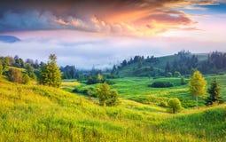 Kleurrijke de zomerzonsopgang in mistige bergen royalty-vrije stock afbeeldingen