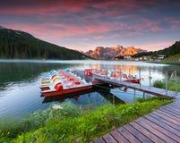 Kleurrijke de zomerzonsopgang op het Meer Misurina, in de Alpen van Italië, Tre Royalty-vrije Stock Foto