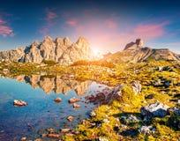 Kleurrijke de zomerzonsopgang op Lago Rienza - Ursprung Stock Fotografie