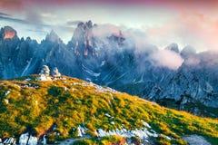 Kleurrijke de zomerzonsopgang van de Cadini Di Misurina waaier Royalty-vrije Stock Afbeeldingen