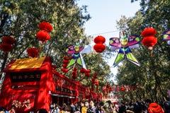 Kleurrijke decoratie en rode lantaarns op de Tempelmarkt van het de Lentefestival, tijdens Chinees Nieuwjaar Stock Fotografie