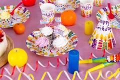 Kleurrijke decoratie van de lijst van de verjaardagspartij met cake en snoepjes voor kind royalty-vrije stock afbeelding