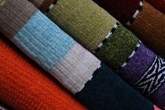 Kleurrijke dekens in de markt stock fotografie