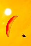 Kleurrijke deltavlieger in hemel Stock Foto