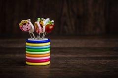 Kleurrijke Dessertvorken met Kleurrijke Trinket Handvatten in Kleurrijk Royalty-vrije Stock Fotografie