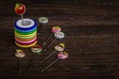 Kleurrijke Dessertvorken met Kleurrijke Trinket Handvatten in Kleurrijk Stock Foto's