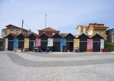 Kleurrijke deur op een rij van pakhuizen stock afbeelding