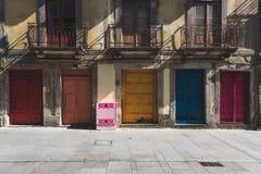 Kleurrijke deuren de stad in in Porto, Portugal Stock Afbeeldingen