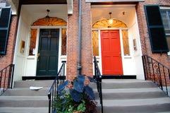 Kleurrijke deuropeningen in Boston stock afbeeldingen