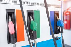 Kleurrijke die Benzinepomp het vullen pijpen op witte achtergrond worden ge?soleerd stock foto's