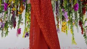 Kleurrijke die bloemen als een bos van kroonluchters worden verfraaid Thaise stijldecoratie stock foto's