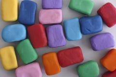 Kleurrijke die blokken uit plasticine worden gemaakt Stock Foto