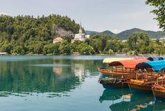 Kleurrijke die boten op meer worden vastgelegd in Slovenië wordt afgetapt stock fotografie