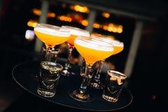 Kleurrijke die cocktails in nachtclub met aardige bokeh worden gediend Royalty-vrije Stock Fotografie