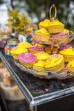 Kleurrijke die cupcakes met een verscheidenheid van het berijpen aroma's wordt berijpt royalty-vrije stock fotografie