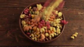 Kleurrijke die deegwaren in een plaat worden gegoten stock video