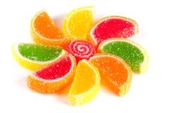 Kleurrijke die gelei zoals plakken van citroen en sinaasappel op witte achtergrond wordt geïsoleerd Royalty-vrije Stock Foto
