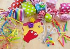 Kleurrijke die giftvakjes in gestippeld document worden verpakt Royalty-vrije Stock Foto's