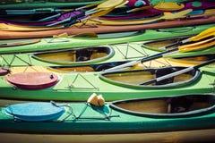 Kleurrijke die glasvezelkajaks aan een dok worden gebonden zoals die hierboven wordt gezien van royalty-vrije stock foto's