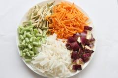 Kleurrijke die groenten in plaat met witte achtergrond worden geschikt Royalty-vrije Stock Afbeelding