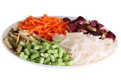 Kleurrijke die groenten in plaat met witte achtergrond worden geschikt Stock Afbeeldingen