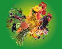 Kleurrijke die haan en kip van fruit wordt gemaakt - het jaarsymbool van 2017 Stock Afbeeldingen