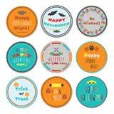 Kleurrijke die Halloween-cirkeletiketten met sommige berichten op witte achtergrond worden geplaatst Stock Afbeelding