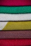 Kleurrijke die handdoeken bovenop elkaar worden gestapeld royalty-vrije stock afbeelding
