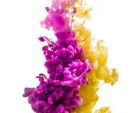 Kleurrijke die inkt op witte achtergrond wordt geïsoleerd roze gele daling die onder water wervelen Wolk van Inkt in Water Stock Foto