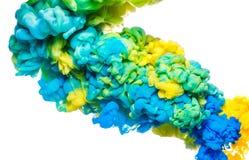 Kleurrijke die inkt in water op wit wordt geïsoleerd Abstracte acrylachtergrond De vloeistof van de kleurenverf royalty-vrije stock fotografie