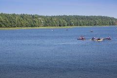 Kleurrijke die kajaks op lakeshore, Goldopiwo-Meer, Mazury, Pol. worden vastgelegd stock foto's