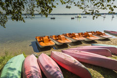 Kleurrijke die kajaks op lakeshore, Goldopiwo-Meer, Mazury, Pol. worden vastgelegd royalty-vrije stock afbeeldingen