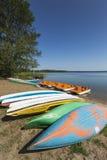 Kleurrijke die kajaks op lakeshore, Goldopiwo-Meer, Mazury, Pol. worden vastgelegd stock fotografie