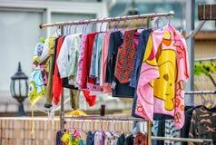 Kleurrijke die kinderenkleren worden opgeschort om in openlucht in Hong Kong te drogen stock afbeeldingen