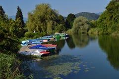 Kleurrijke die kleine boten bij de bank van de rivier worden vastgelegd royalty-vrije stock foto