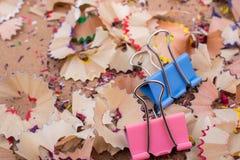 Kleurrijke die klemmen op potloodspaanders worden geplaatst stock foto's