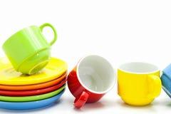 kleurrijke die koffiekoppen op witte achtergrond worden geïsoleerd Royalty-vrije Stock Fotografie