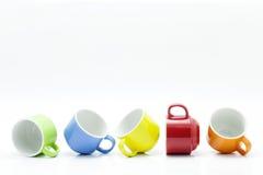 kleurrijke die koffiekoppen op witte achtergrond worden geïsoleerd Stock Fotografie