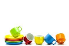 kleurrijke die koffiekoppen op witte achtergrond worden geïsoleerd Stock Foto's
