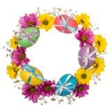 Kleurrijke die kroon van paaseieren en bloemen op witte achtergrond worden geïsoleerd Stock Afbeelding