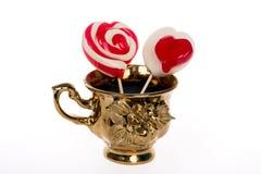 Kleurrijke die lolly in de vorm van een hart op witte achtergrond, een feestelijke traktatie, een gift favoriete, oorspronkelijke Royalty-vrije Stock Foto