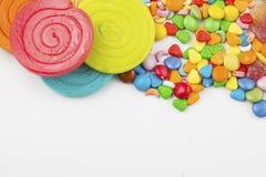 Kleurrijke die lollys en verschillend om suikergoed worden gekleurd stock afbeeldingen